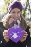 подарок вручает их детенышей женщины Стоковое Изображение