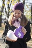 подарок вручает их детенышей женщины Стоковые Фотографии RF