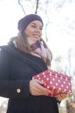 подарок вручает их детенышей женщины Стоковое Изображение RF