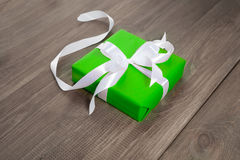 Подарок в зеленой упаковке с лентой Стоковое Изображение RF