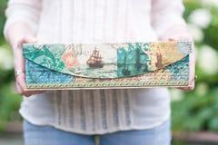 Подарок в красивом пакете Стоковые Фото