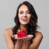 Подарок в красной коробке стоковые фото