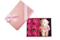Подарок в розовой коробке при крышка, изолированная на белой предпосылке, Стоковое фото RF