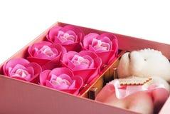 Подарок в розовой коробке с крышкой, на белой предпосылке, Стоковая Фотография RF