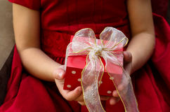 Подарок в руках детей Стоковое фото RF