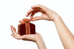 Подарок в руках Стоковые Фотографии RF