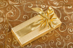 Подарок детали роскошный с золотой лентой Стоковые Фото