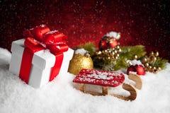 Подарок и безделушки рождества на красной предпосылке bokeh Стоковая Фотография RF