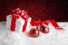 Подарок и безделушки рождества на красной предпосылке bokeh Стоковое фото RF