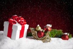 Подарок и безделушки рождества на красной предпосылке bokeh Стоковые Изображения
