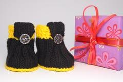 Подарок и ботинки Стоковые Изображения