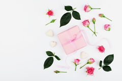 Подарок или присутствующий цветок коробки и розы пинка на белой таблице сверху в стиле положения квартиры для поздравительной отк Стоковое фото RF