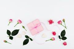 Подарок или присутствующий цветок коробки и розы пинка на белом взгляде столешницы в стиле положения квартиры для поздравительной Стоковое Изображение RF
