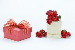 Подарок и красные розы на предпосылке изолированной белизной Стоковое Изображение RF