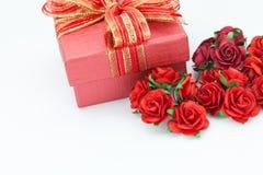 Подарок и красные розы на предпосылке изолированной белизной Стоковое фото RF