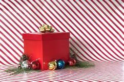Подарок и орнаменты на нашивках тросточки конфеты Стоковые Изображения RF
