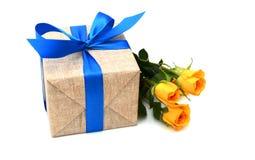 Подарок и розовый цветок на праздник Стоковая Фотография RF