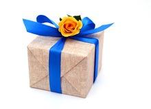 Подарок и розовый цветок на праздник Стоковое Изображение RF