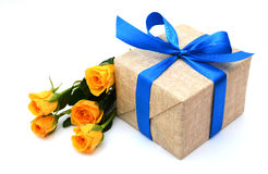 Подарок и розовый цветок на праздник Стоковые Изображения RF