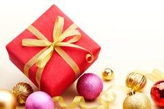 Подарок и baubles рождества Стоковая Фотография RF