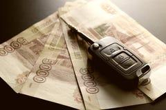 Подарок ключа автомобиля денег Стоковая Фотография RF