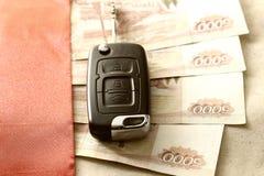 Подарок ключа автомобиля денег Стоковое фото RF