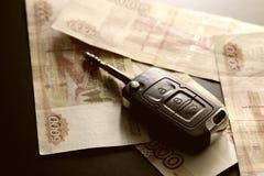Подарок ключа автомобиля денег Стоковые Изображения RF