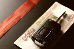 Подарок ключа автомобиля денег Стоковая Фотография