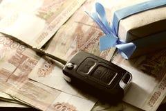 Подарок ключа автомобиля денег Стоковые Изображения