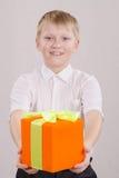 подарок мальчика дает Стоковые Изображения