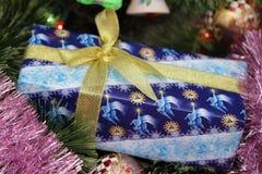 Подарок на дереве chrismas Стоковые Изображения