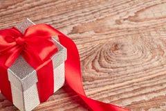 Подарок на деревянном столе Стоковая Фотография RF