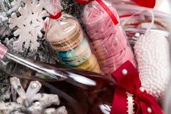 Подарок на рождество в корзине с печеньем, вином, оформлением Стоковое Изображение