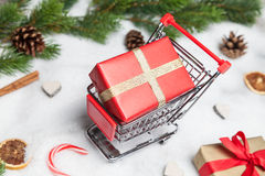 Подарок на рождество в тележке Стоковая Фотография