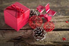 Подарок на рождество на деревянной предпосылке Стоковые Фотографии RF