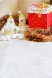 Подарок на рождество на кровати стоковые фотографии rf