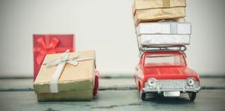 Подарок на рождество нося автомобиля игрушки на деревянной планке Стоковые Изображения RF