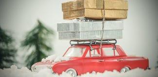 Подарок на рождество нося автомобиля игрушки на поддельном снеге Стоковая Фотография RF