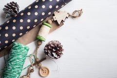 Подарок на рождество оборачивая шпагат стоковое изображение