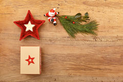 Подарок на рождество, хворостина ели и figurine Санта Клауса на древесине Стоковая Фотография