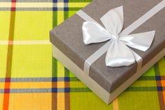 Подарок на таблице цвета стоковые фото