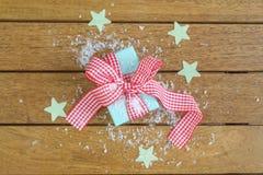 Подарок обернутый холстинкой Стоковые Фотографии RF