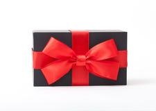 Подарок праздника Черный ящик с красным смычком Стоковое Изображение