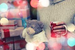 Подарок плюшевого медвежонка руки чашки Стоковая Фотография
