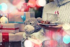 Подарок плюшевого медвежонка руки чашки Стоковое Фото