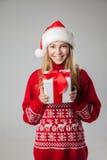 Подарок рождества владением женщины рождества изолированный шляпой Стоковые Изображения