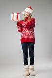 Подарок рождества владением женщины рождества изолированный шляпой Стоковая Фотография RF