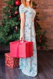 Подарок рождества владением женщины Стоковая Фотография RF