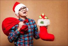 Подарок рождества владением портрета женщины шляпы Санты рождества. Стоковые Фотографии RF