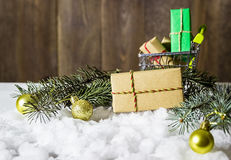 Подарок рождества на снежке Стоковые Изображения RF